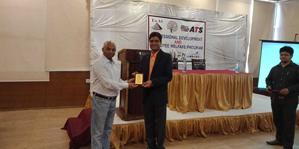 Mr Prasanna Director of T&AS - Presenting momento to Suresh KP of myinvestmentideas